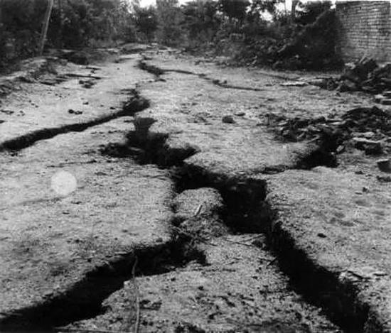 大地震时的地缝