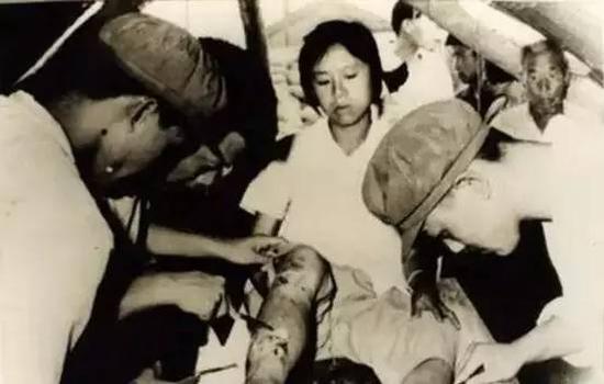 救援医生为受伤的女孩处理伤口