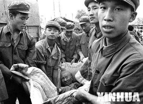 解放军指战员在抢救灾区受伤的群众