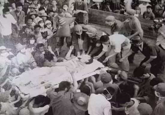 救出在开滦总医院楼下被埋八天七夜的矿工