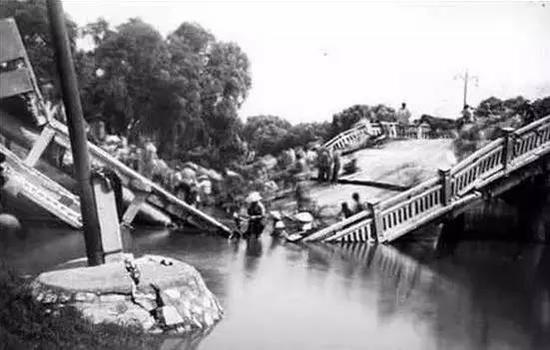 被震毁的唐山市胜利桥