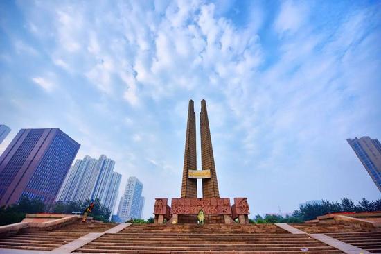 """位于唐山市中心广场的""""唐山地震纪念碑"""" 图/CFP"""