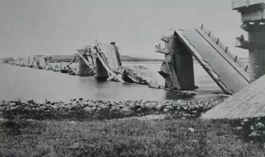 地震中坍塌的大桥