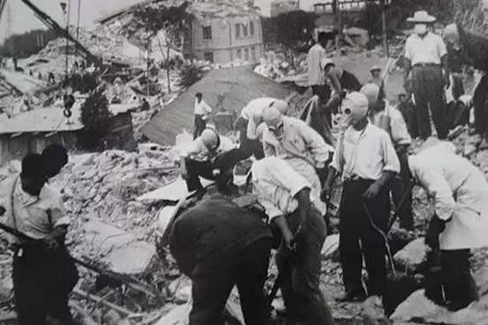 地震发生几天后,解放军仍在努力寻找尚存的生命
