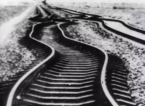 大地震后被震弯的铁路