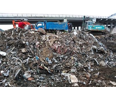 7月19日晚,江苏南通海门市新江海河苏州路桥旁,两台挖掘机正在清理来自<a href=../ep/?%C9%CF%BA%A3--1.htm>上海</a>的偷倒垃圾。