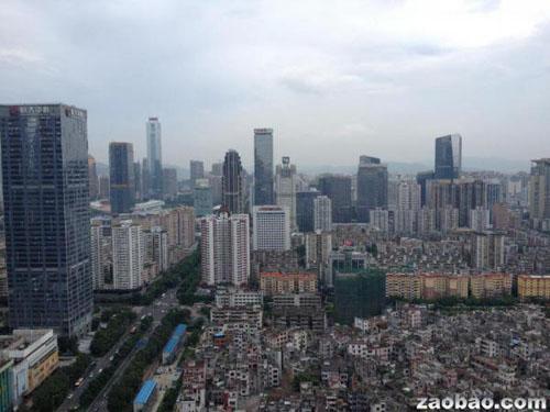 星罗棋布的高楼年夜厦跟情况'脏乱差'的城中村同时进入视线,构成中国都会化进程中的平凡景致。(蔡灏摄)(新加坡《结合早报》网站)