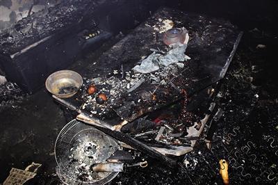 居民家中失火烧毁半个家 消火栓无水灭火器失灵