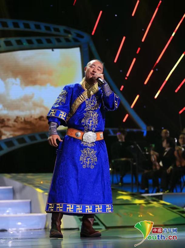呼和牧人在《纪念中国共产党成立95周年电影音乐会》演唱民歌。  本人供图