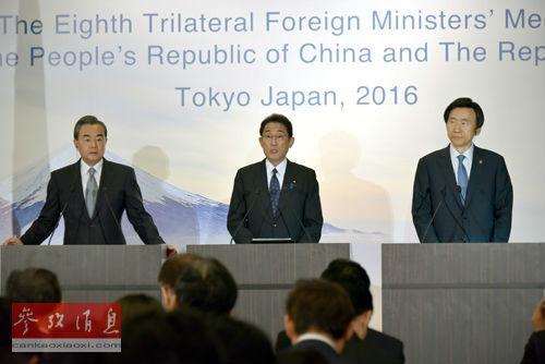 中国外交部长王毅(左)、日本外相岸田文雄(中)和韩国外交部长官尹炳世24日在东京出席联合记者会。