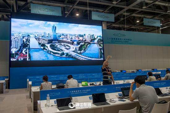 新闻中心的大屏幕上滚动播放着反映杭州城市面貌的宣传片。.jpg