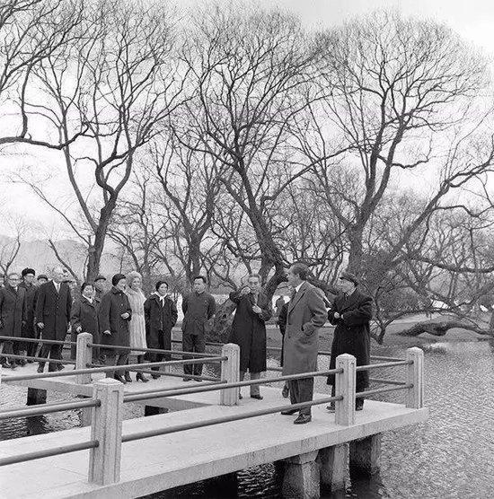 1972年2月,時任美國總統尼克松到訪杭州,周恩來總理陪伴其遊覽西湖。