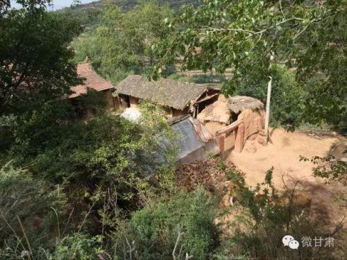 山村年轻妈妈杀死4个孩子后自杀,家庭太困难