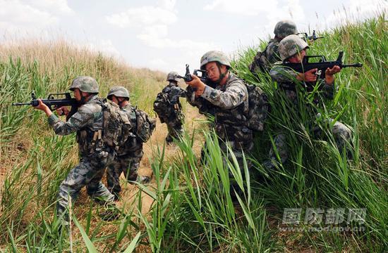 在野外驻训中,田悦组织实战化背景下搜捕训练.