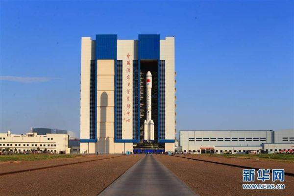 9月9日,履行天宫二号航利用命的运载火箭笔直转运至酒泉卫星发射核心载人航天发射场发射区,方案9月15日至20日择机发射。新华社发 杨志远 摄
