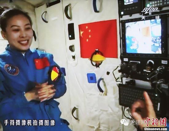 2013年6月20日10时许,神舟十号航天员在天宫一号开展基础物理实图片