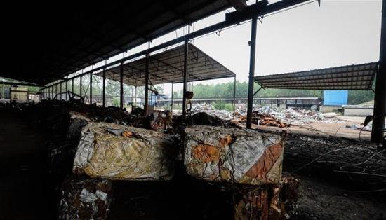江苏新沂因违规生产销售被曝光的小钢厂局部。 新华网 图