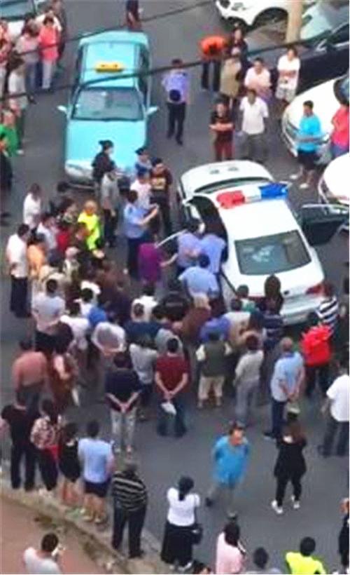 醉酒夫妻当街殴打前妻 袭警抢枪踢伤民警下体