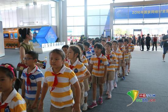 大中小学生来到武汉国际会展中心参观网络安全博览会.中国青年网记