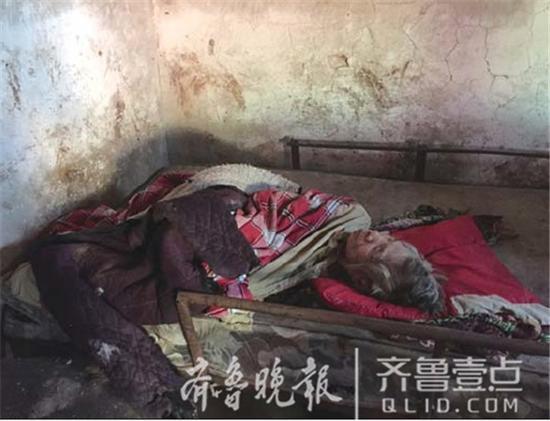 老人非常瘦弱,蜷缩在床的一角。齐鲁晚报·齐鲁壹点 记者时培磊摄
