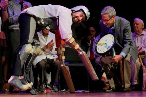 男子戴假肢扮羊与羊群生活3天获搞笑诺贝尔奖
