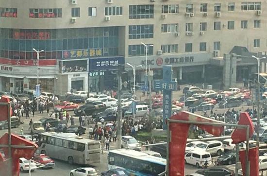 沈阳一名驹女司机开车冲进人群 致2死6伤