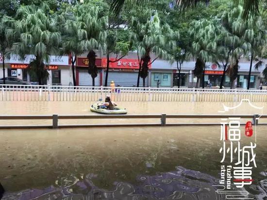 """台风""""鲇鱼""""来袭 福州泡在水中(图片来自收集)"""