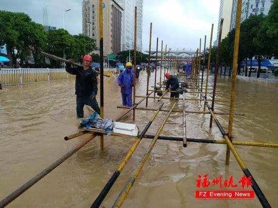 """台风""""鲇鱼""""来袭 福州泡在水中 (图/福州晚报)"""