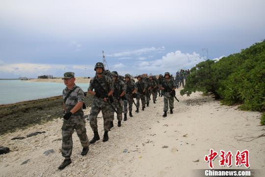 三沙警备区现役官兵与岛礁民兵正在常态化训练。 农史善 摄