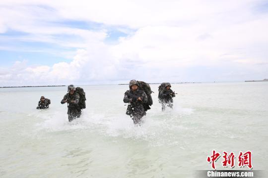 三沙警备区组织官兵进行抢滩登陆、海上搏击等多个科目训练,提高官兵军事素质。 李书兵 摄