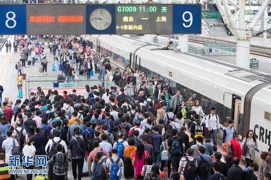 9月30日,旅客在南京火车站上车。