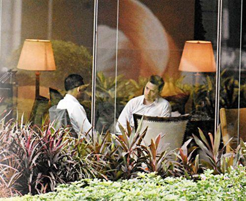 林卓廷(左)与英国驻港总领事馆副领事艾智博(右)