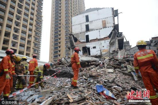 10月10日,温州市鹿城区双屿街道永兴巷一处民房发生倒塌,多人被埋。图为武警官兵正在开展救援。图片来源:视觉中国