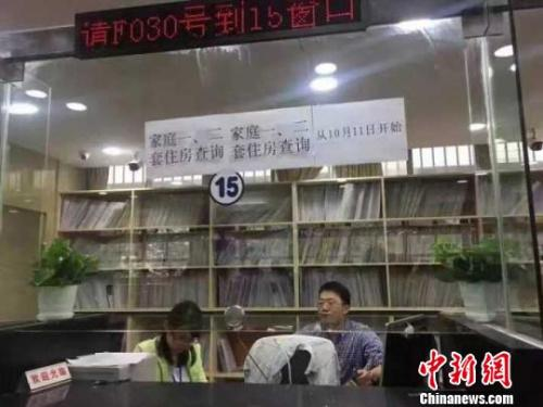 为了缓解窗口压力,南京市房产局档案馆新开两个窗口办理开具购房证明业务。 申冉 摄