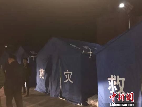 图为安扎在杂多县城内的救灾帐篷 钟欣 摄
