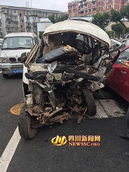 裸体小伙凌晨抢车飞驰 撞翻面包车致2人重伤(图)