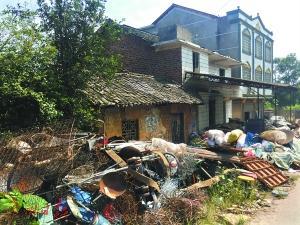 """村民们指着楼房告诉记者:""""搞电信诈骗的富了,老实人还在住土房。"""""""
