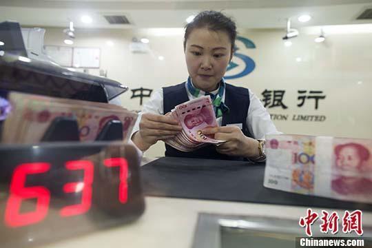 资料图:5月6日,山西太原,银行工作人员正在清点货币。 中新社记者 张云 摄