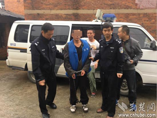 犯法怀疑人程某志被陕西警方带至大冶指认作案现场 通信员 万新强摄