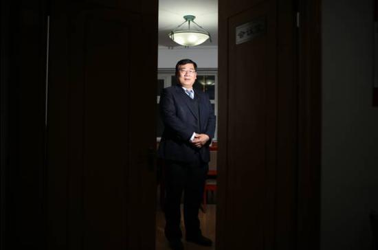 经常为贪官辩护,许兰亭并没有心理障碍。他觉得,律师的天职就是维护代理人的合法权益。 新京报记者 王飞 摄