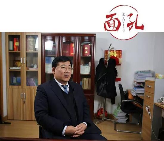 """2016年10月27日,律师许兰亭在办公室接受采访。他曾在""""令计划案""""""""沈培平案""""等刑事案件中担任辩护人。 新京报记者 王飞 摄"""