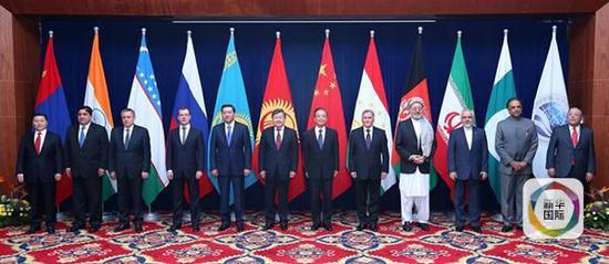 2012年12月5日,上海合作组织成员国总理第十一次会议在吉尔吉斯斯坦首都比什凯克举行。图为与会各代表团团长集体合影。(新华社记者庞兴雷摄)