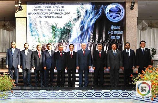 2006年9月15日,上海合作组织成员国总理第五次会议在塔吉克斯坦首都杜尚别举行。图为与会各国代表团团长及上海合作组织秘书长集体合影。(新华社记者兰红光摄)