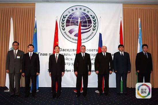 2004年9月23日,上合组织成员国总理第三次会议在吉尔吉斯斯坦首都比什凯克举行。图为六国总理以及上合组织秘书长张德广(左一)在会前合影。(新华社记者饶爱民摄)