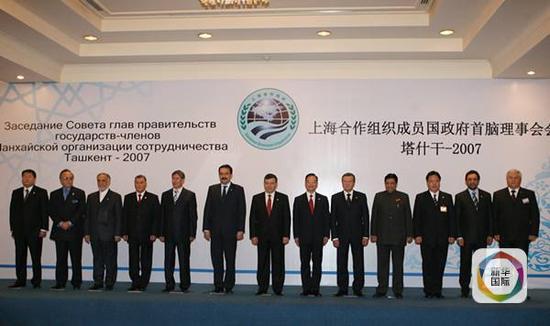 2007年11月2日,上合组织成员国总理第六次会议在塔什干举行。图为出席总理会议的与会各国代表团团长及上海合作组织秘书长集体合影。(新华社记者黄敬文摄)