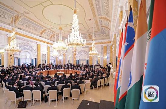 2011年11月7日,上海合作组织成员国政府首脑(总理)理事会第十次会议大范围会谈在俄罗斯圣彼得堡康斯坦丁宫举行。(新华社/俄新)