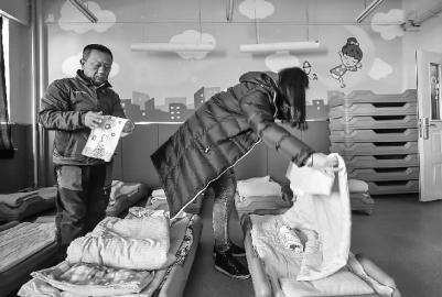 幼儿园里孩子们午睡的被窝儿都是老师用装满热水的饮料瓶焐热的 新文化记者 郭亮 摄