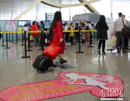 图为昆明机场女性旅客安检专用通道。 史广林 摄