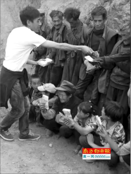 """在名为""""揭秘大凉山公益作假""""的视频中,一名穿着白色T恤的男子取回村民手中的钞票。视频截图"""