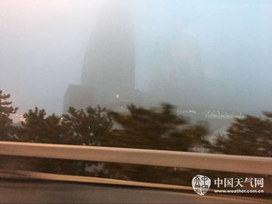 雾锁京城局地现强浓雾 今天上午雾霾消散